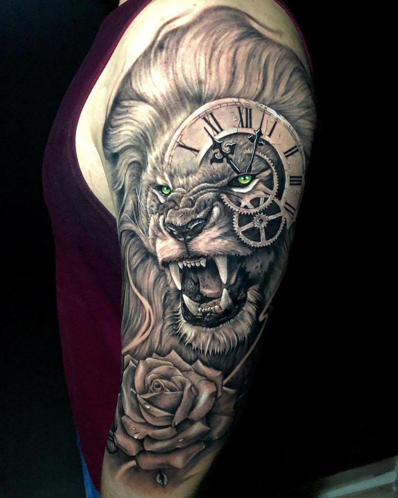 Tatuaż zły lew zzegarkiem naoku zróżą naramieniu znaczenie dla mężczyzn ikobiet