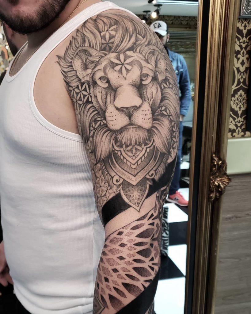 Tatuaż głowa lwa zgeometria zdotworkiem Znaczenie dla mężczyzn ikobiet