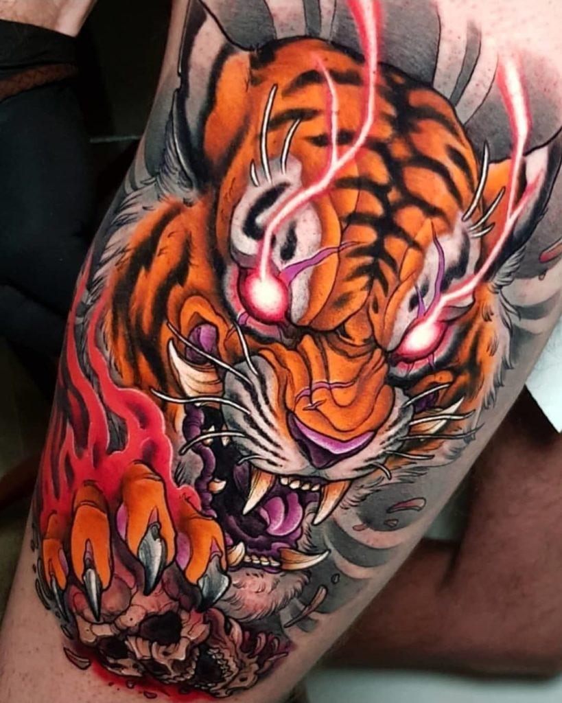Tatuaż tygrys naudzie, biodrze zkolorowymi oczami męski, kobiecy