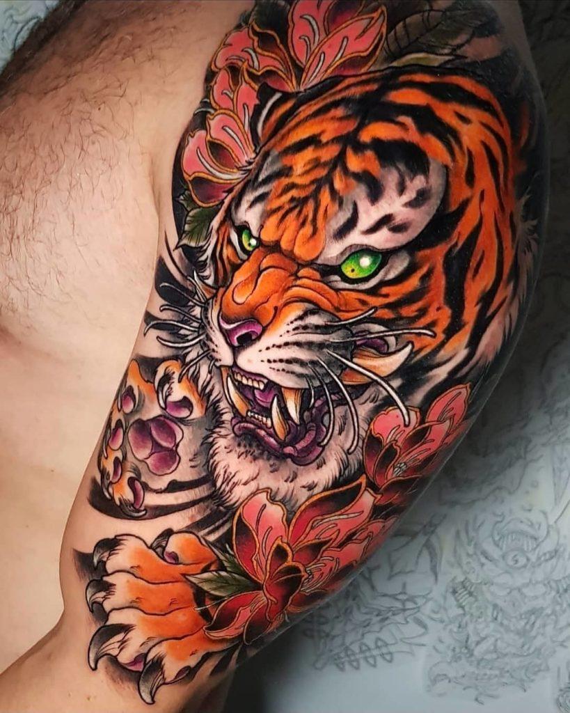 Tatuaż tygrys zkwiatami ilistkami naramieniu zzielonymi oczami męski, kobiecy