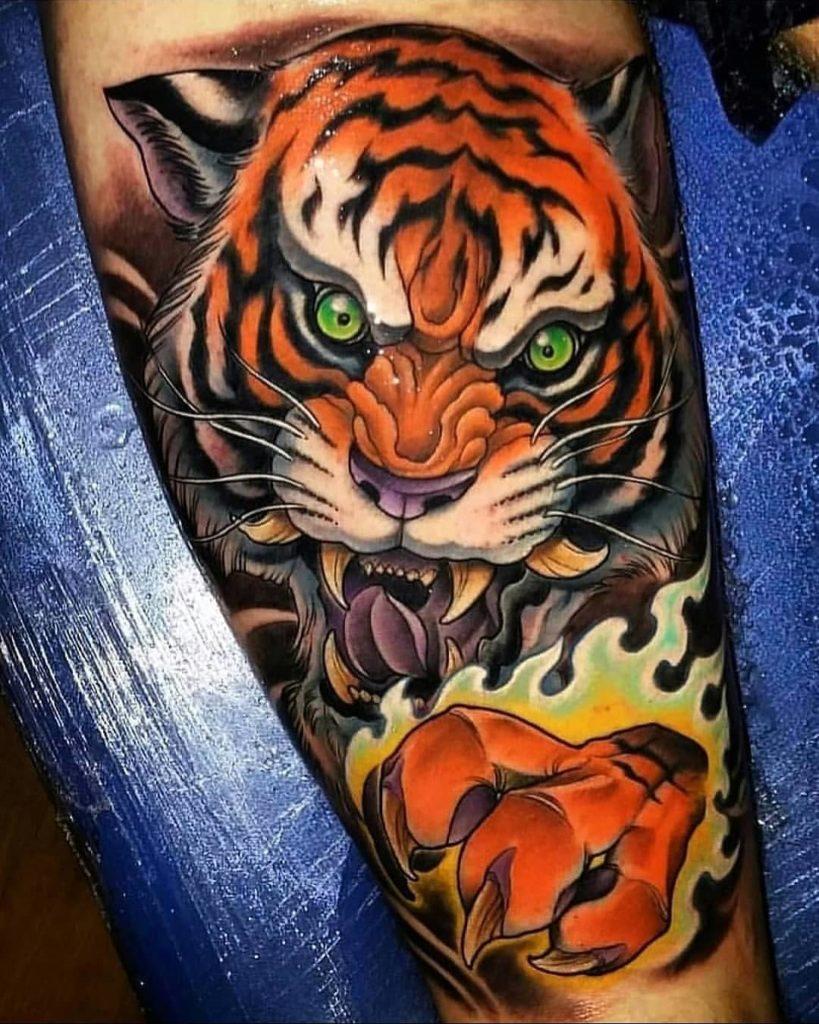 Tatuaż tygrys naudzie, biodrze zzielonymi oczami męski, kobiecy