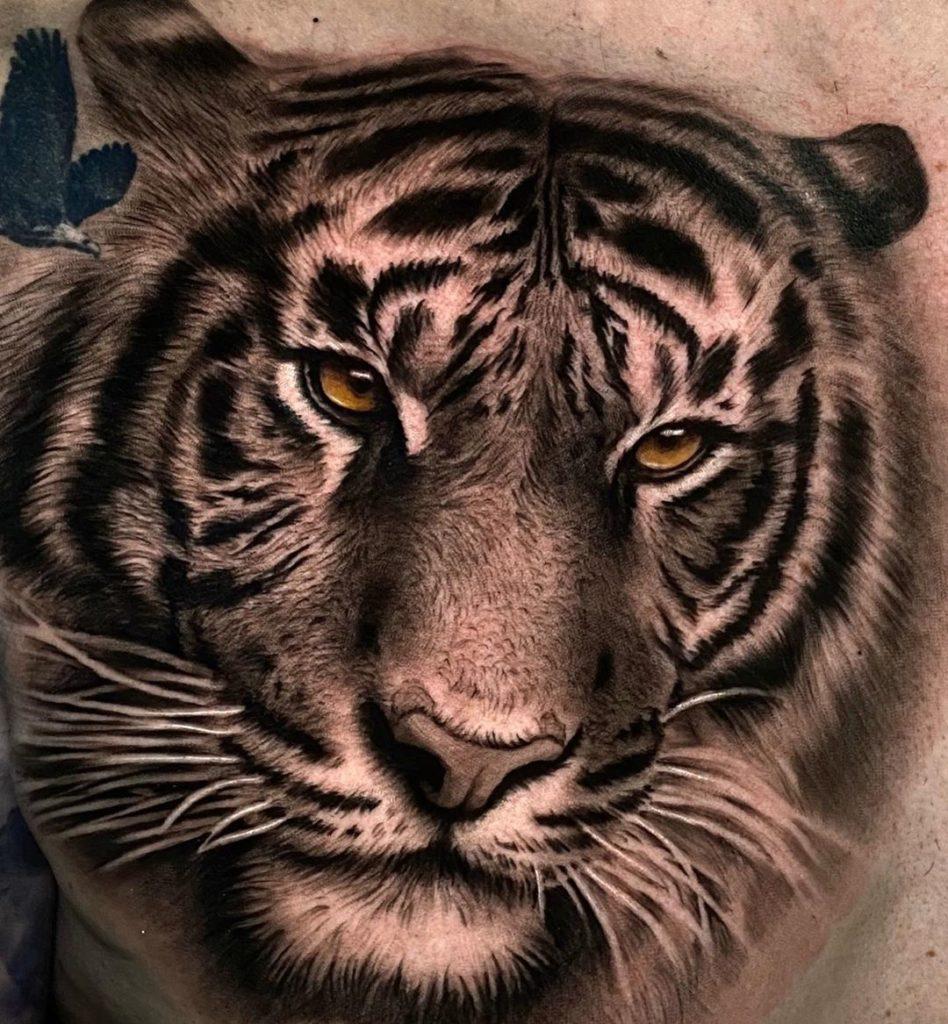 Tatuaż głowa tygrysa zpomarańczowymi oczami naprzedramieniu dla mężczyzn ikobiet