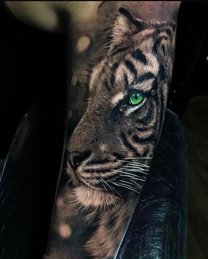 Tatuaż głowa tygrysa zzielonymi oczami naprzedramieniu dla mężczyzn ikobiet
