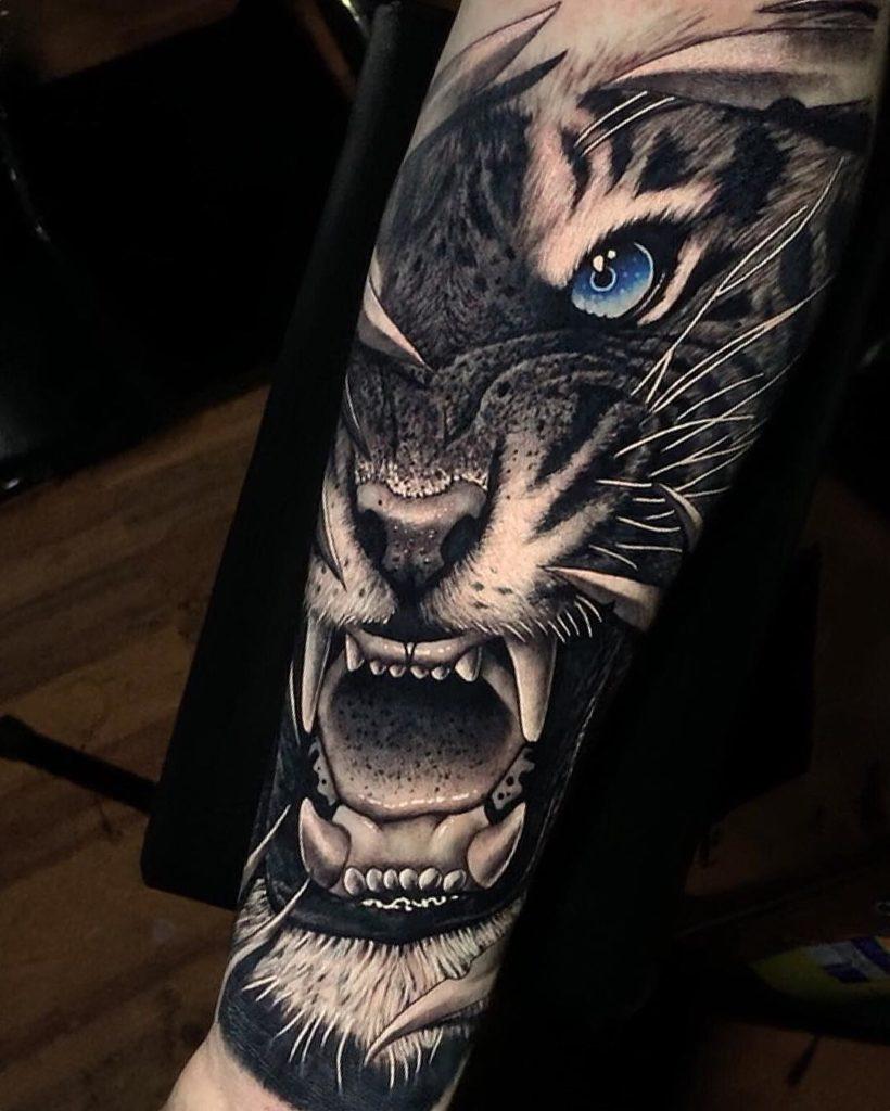 Tatuaż głowa białego tygrysa zniebieskim okiem naprzedramieniu dla mężczyzn ikobiet