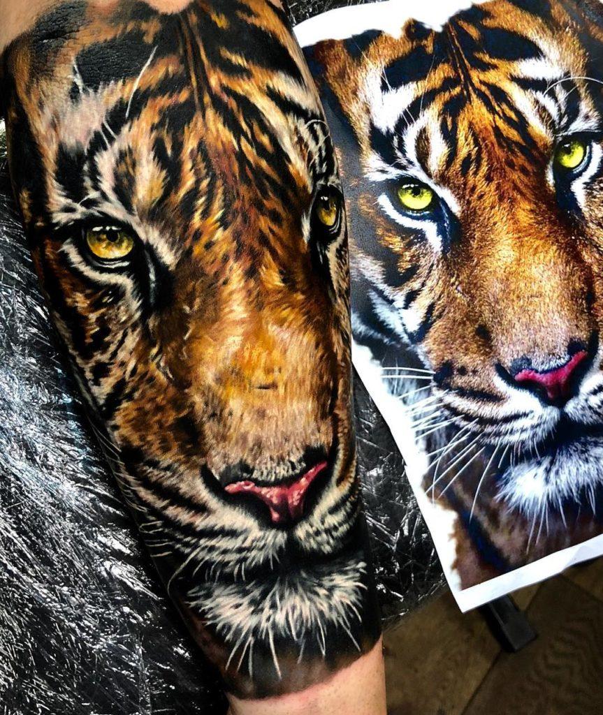 Tatuaż głowa kolorowego tygrysa naprzedramieniu dla mężczyzn ikobiet