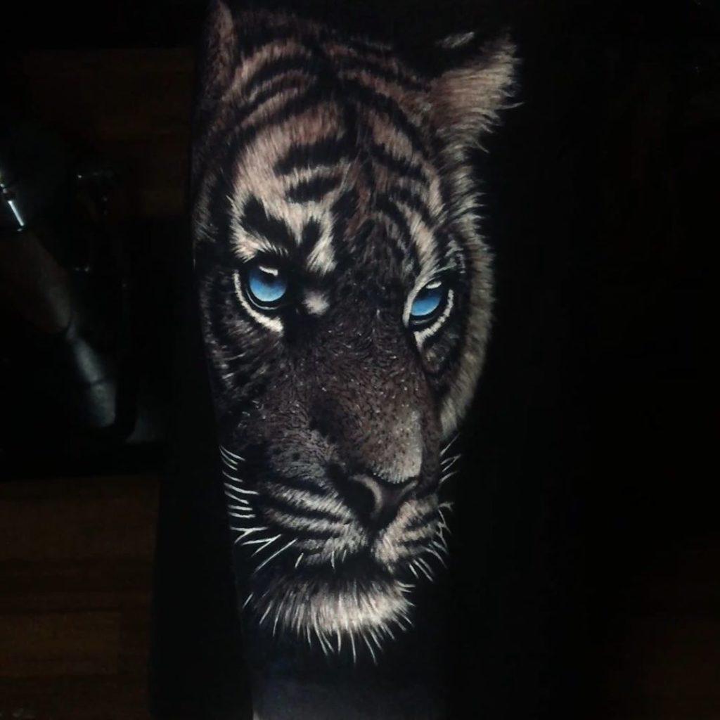 Tatuaż głowa tygrysa niebieskim okiem naprzedramieniu dla mężczyzn ikobiet