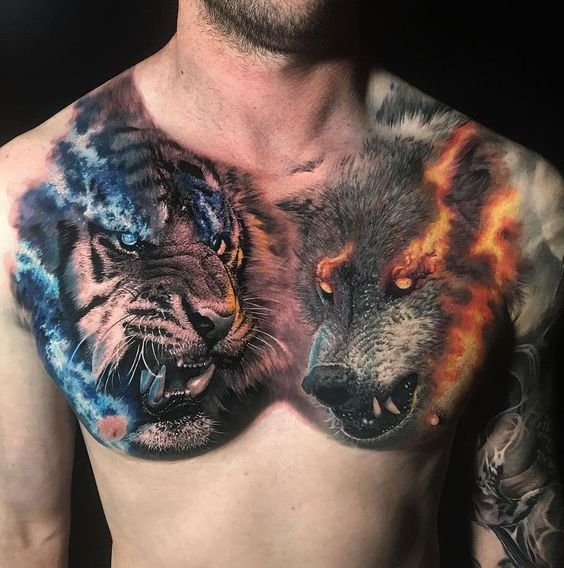 Tatuaż głowa tygrysa zniebieskimi oczami iwilkiem zpomarańczowymi oczami wrealistycznym stylu naklatce piersiowej dla mężczyzn ikobiet