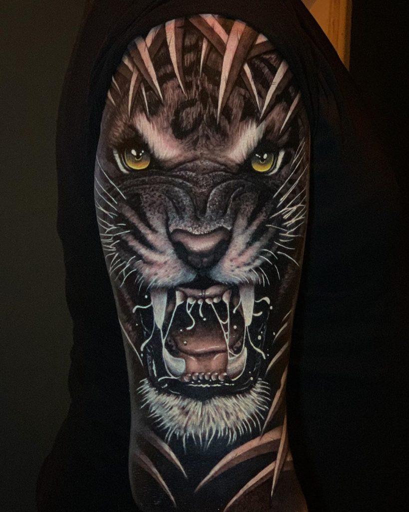 Tatuaż głowa złego tygrysa zżółtymi oczami ilistkami naramieniu dla mężczyzn ikobiet