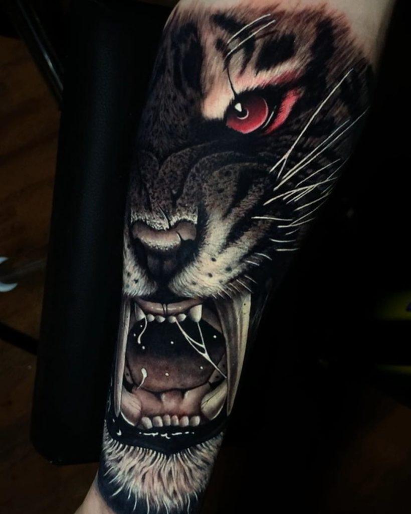 Tatuaż głowa złego tygrysa zczerwonym okiem naprzedramieniu dla mężczyzn ikobiet