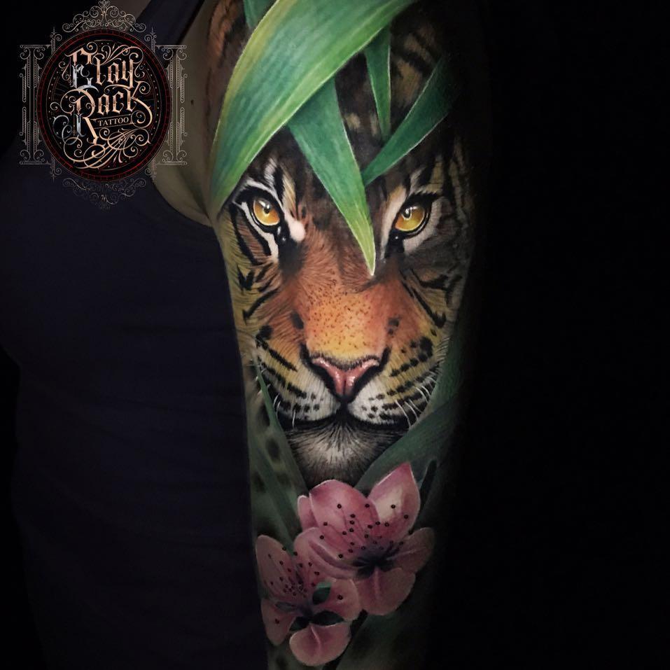Tatuaż kolorowy tygrys naramieniu dla mężczyzn ikobiet