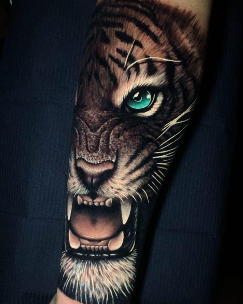 Tatuaż połowa głowy tygrysa zniebieskim okiem naprzedramieniu dla mężczyzn ikobiet