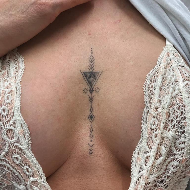 Tatuaż podbiustem, piersiami kobiece delikatne linii