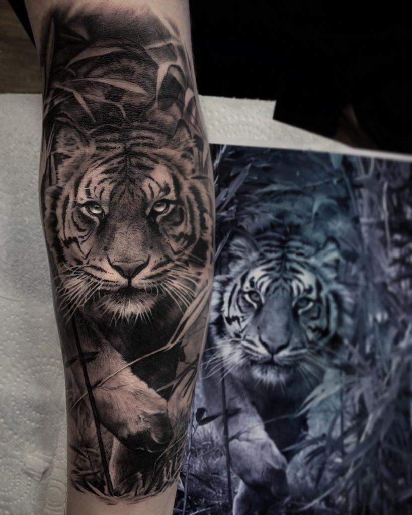 Tatuaż tygrys wruchu złapą naprzedramieniu dla mężczyzn ikobiet