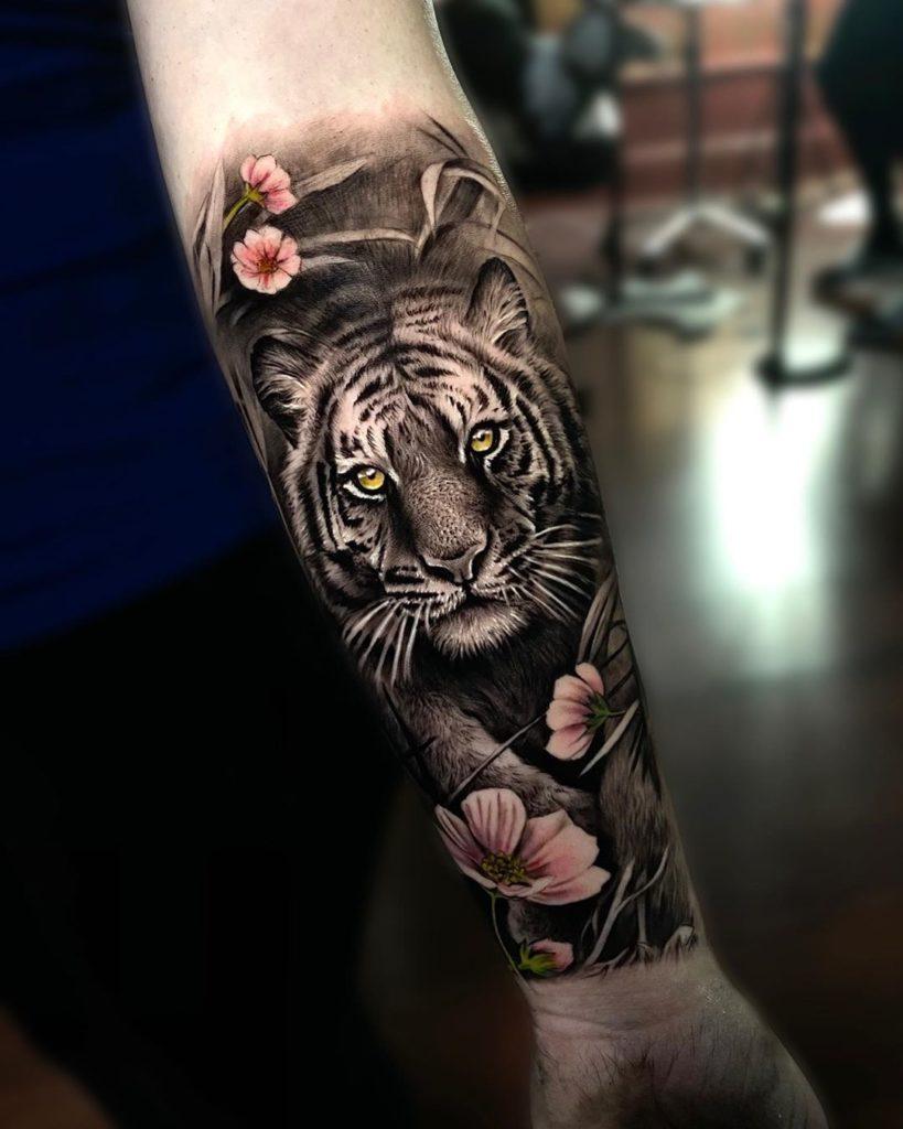 Tatuaż tygrys złapą zsakurą naprzedramieniu dla mężczyzn ikobiet