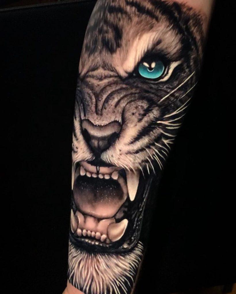 Tatuaż złego głowa tygrysa zniebieskimi oczami naprzedramieniu dla mężczyzn ikobiet