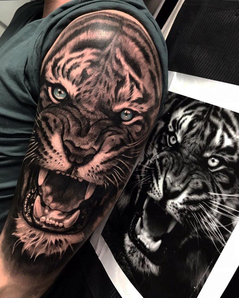 Tatuaż złego tygrysa zniebieskimi oczami naramieniu dla mężczyzn ikobiet