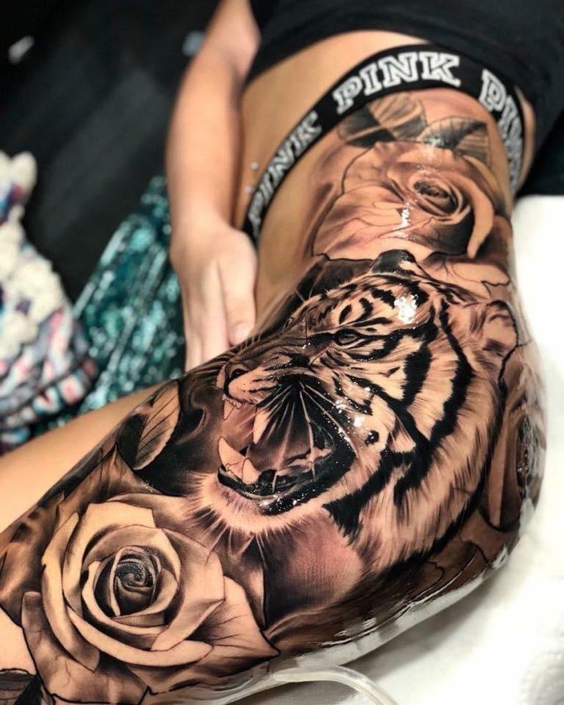 Tatuaż zły tygrys zkwiatami róża nabiodrze, udo dla mężczyzn ikobiet