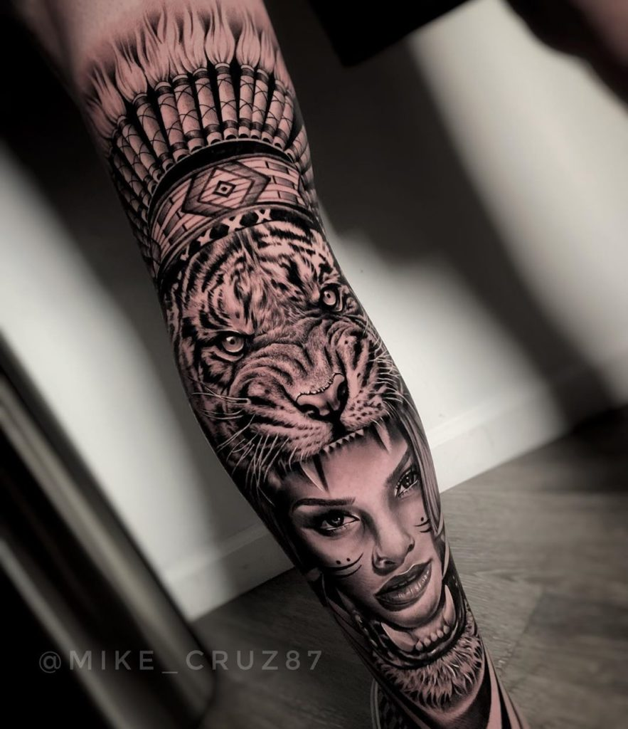 Tatuaż zły tygrys zportretem kobiety zpiórami nanodze dla mężczyzn ikobiet